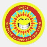 O sorriso, luz do sol é bom para seus dentes adesivos em formato redondos