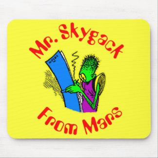 O Sr. Skygack de Marte escrevendo em seu jornal Mouse Pad