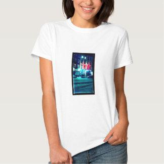O t-shirt das mulheres com a foto da cena da rua