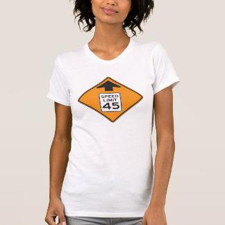 O t-shirt das mulheres do sinal de estrada do