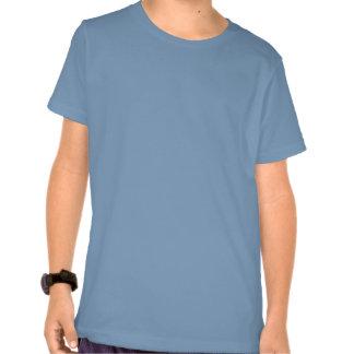O t-shirt do menino com implora o design da onda