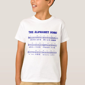 O t-shirt do miúdo da canção de alfabeto (ABCD)