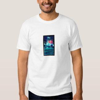 O t-shirt dos homens com cena da rua da cidade