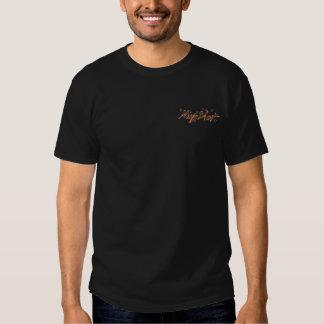 O t-shirt escuro básico dos homens