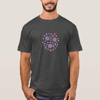O t-shirt escuro básico dos homens com bolas