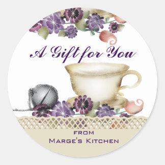 O teacup do estilo da aguarela floresce o roxo da adesivo