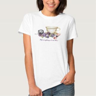 O teacup do estilo da aguarela floresce o roxo da tshirts