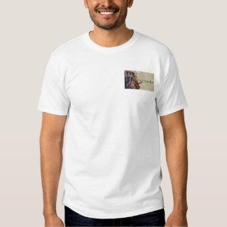 O trabalhador manual utiliza ferramentas a camisetas