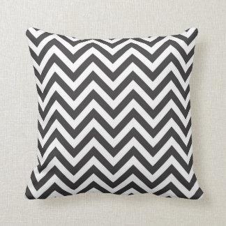 O travesseiro modela o ziguezague preto e branco l