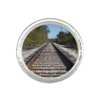 O trem de estrada de ferro segue a foto anel com foto