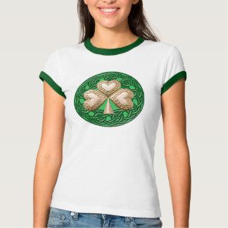 O trevo do ouro no céltico ata a camisa