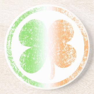 O trevo irlandês desvanece-se porta copos