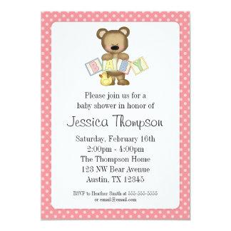 O urso de ursinho cor-de-rosa obstrui convites do