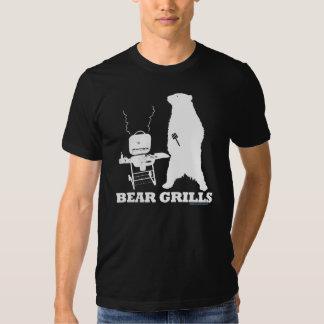 O urso grelha a camisa de T T-shirt
