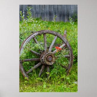 O vagão velho roda dentro a cidade histórica 3 do posters