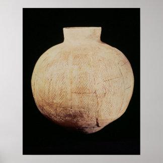 O vaso com cinzeladura decorativa, de Diz-Hassuna Poster