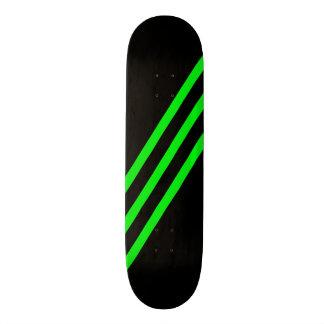 O verde diagonal reduz a plataforma preta do skate