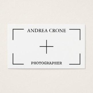 O visor da câmera do fotógrafo, moderno alisa cartão de visitas