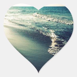 Oceano e praia no crepúsculo adesivo em forma de coração