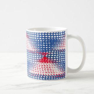 Olhar branco e azul Crocheted vermelho na caneca