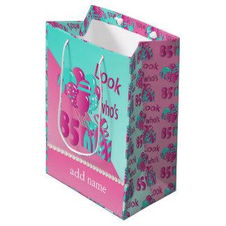 Olhe quem é aniversário de 85% pipe% 85th - rosa e sacola para presentes média