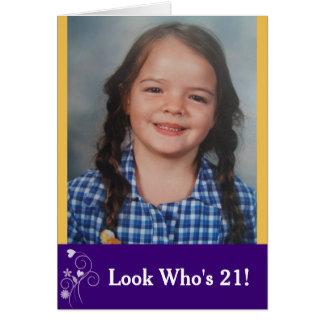 Olhe quem é cartão com fotos do aniversário de 21 cartão comemorativo