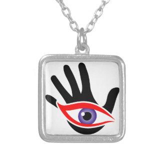 Olho que emerge de uma palma colar banhado a prata