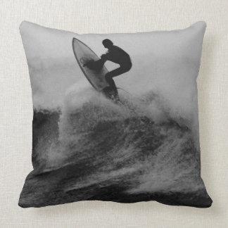 Onda grande do surfista preto e branco travesseiro de decoração