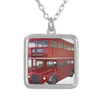 Ônibus vermelho do autocarro de dois andares no colar banhado a prata