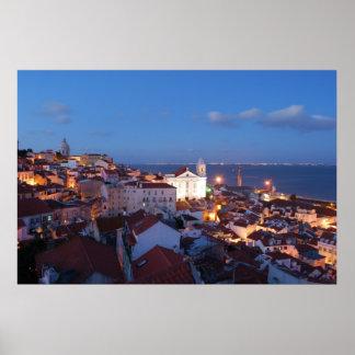 Opinião da cidade em Lisboa, Portugal (por do sol) Posteres