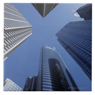 Opinião exterior ascendente de baixo ângulo do cen azulejo quadrado grande