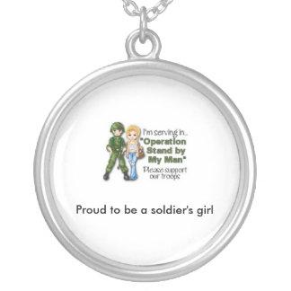 orgulhoso ser colar da menina de um soldado