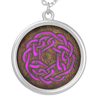 Ornamento celta roxo místico no couro colar banhado a prata
