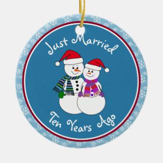 Ornamento De Cerâmica 10o Natal do casal da neve do divertimento do