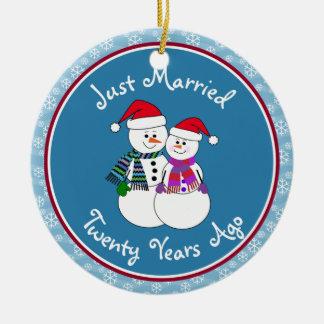 Ornamento De Cerâmica 20o Natal do casal da neve do divertimento do