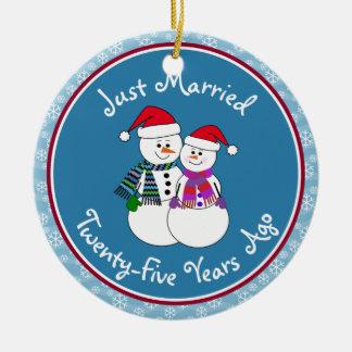 Ornamento De Cerâmica 25o Natal do casal da neve do divertimento do