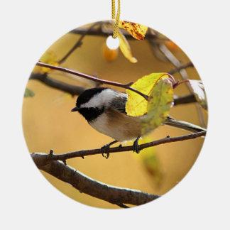 Ornamento De Cerâmica Chickadee empoleirado em um ramo