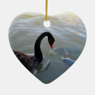 Ornamento De Cerâmica Cisne preta que está sendo atacada por peixes,