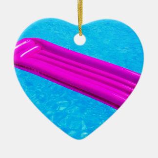 Ornamento De Cerâmica Colchão de ar cor-de-rosa na água da piscina