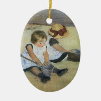 Ornamento De Cerâmica Crianças que jogam na praia por Mary Cassatt