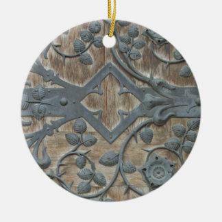 Ornamento De Cerâmica Fechamento medieval do ferro na porta de madeira