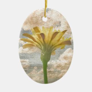 Ornamento De Cerâmica Flor do estilo do chique sobre a foto do céu azul
