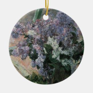 Ornamento De Cerâmica Lilacs em uma janela por Mary Cassatt, arte do