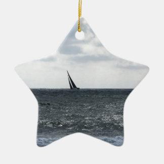 Ornamento De Cerâmica Litoral da praia durante a regata no verão