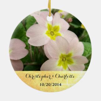 Ornamento De Cerâmica Luz - a prímula cor-de-rosa floresce o casamento