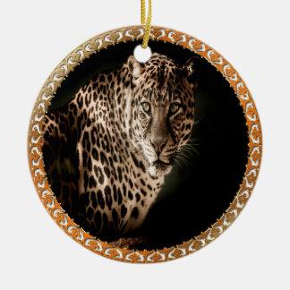 Ornamento De Cerâmica marrom amarelado leopardo manchado que olha o