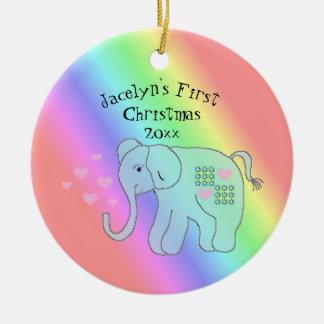 Ornamento De Cerâmica O arco-íris do elefante colore o primeiro Natal do