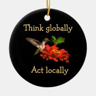 Ornamento De Cerâmica O colibri pensa que global o ato localmente