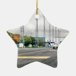 Ornamento De Cerâmica O plano no aeroporto na estrada