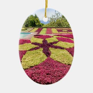 Ornamento De Cerâmica Padrões e formas coloridos bonitos no jardim